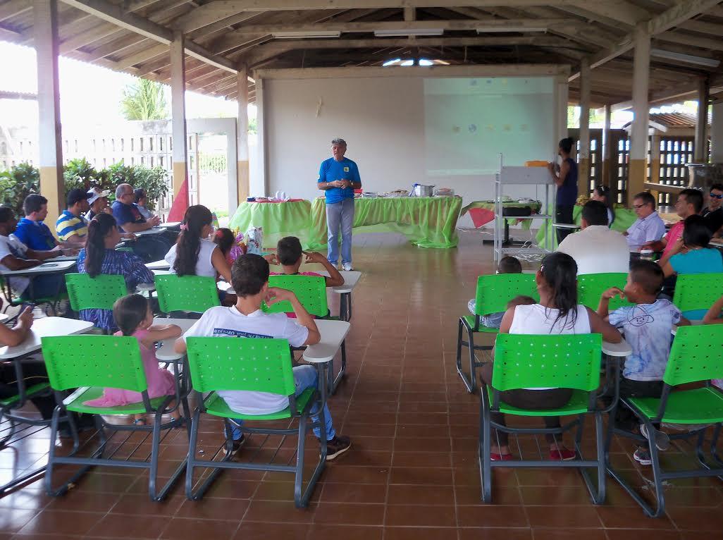 Professor Magalhães com alunos no Campus Avançado do Bonfim